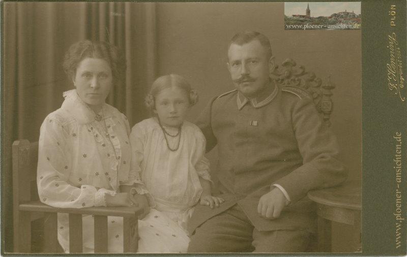 Kabinettfoto einer Familie vom Fotografen F. Henning, Plön