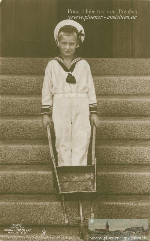 Prinz Hubertus von Preußen mit Schubkarre an Treppe - 1916