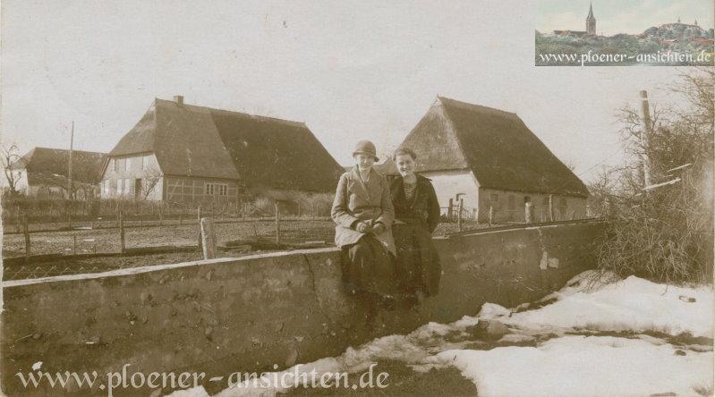 Porträt zweier Frauen vor Bauernhäusern - 1919